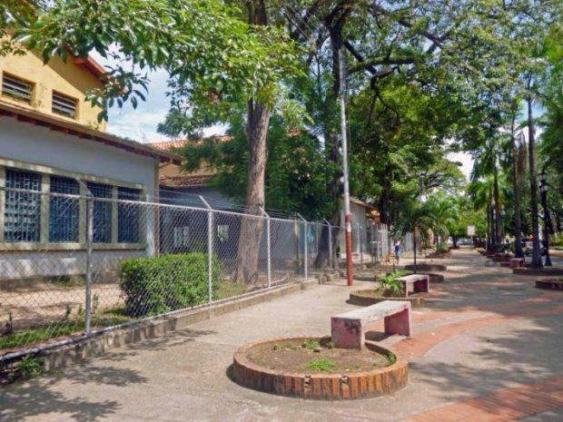 El bulevar frente a la sede del Grupo Escolar Estado Guárico le otorga el valor contextual. Patrimonio histórico municipal de Barinas, estado Barinas, Venezuela.