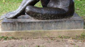 """Detalle del deterioro de la escultura de """"Homenaje a la Generación del 28"""", de Ernest Maragall, ubicada en Tierra de Nadie de la UCV. Ciudad Universitaria de Caracas. Ciudad Universitaria de Caracas, Patrimonio de la Humanidad desde el año 2000. UNESCO."""