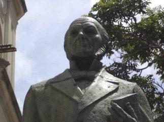 Detalles de la cara frontal de la estatua del Rector Heroico. Foto Samuel Hurtado Camargo, 24 de junio de 2017