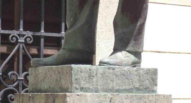 Detalle de los calzados de la escultura del Rector Heroico. Monumento Histórico del municipio Libertador del estado Mérida. Venezuela.