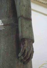 Deterioro del brazo derecho de la escultura Rector Heroico Carraciolo Parra y Olmedo. Patrimonio histórico del municipio Libertador del estado Mérida. Venezuela.
