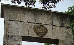El escudo nacional en el arco conmemorativo de las batallas de La Puerta.