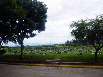 Escalera de acceso que da a las bóvedas del cementerio parque jardín de Barinas. Patrimonio cultural Venezuela.