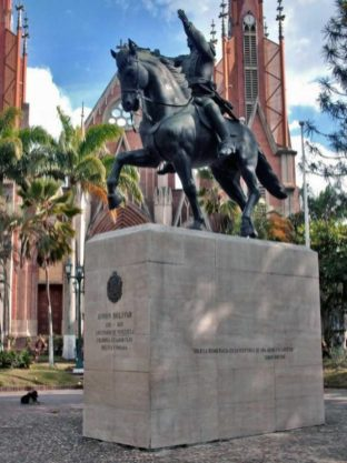 Estatua de Bolívar en la plaza de Rubio, municipio Junín, estado Táchira. Venezuela.