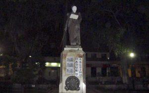 Cartel de protesta antigubernamental en la estatua del Libertador en la plaza Bolívar de Boconó en el estado Trujillo.