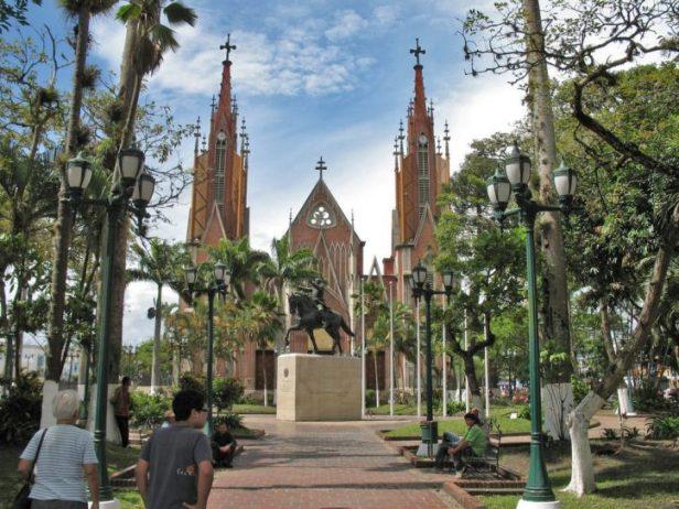 El monumento al Libertador en la plaza Bolívar de Rubio, contigua a la iglesia Santa Bárbara. Foto Juan Calderón / Panoramio, 2007.