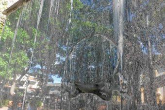 La huella del escudo hurtado del pedestal de la estatua ecuestre de Simón Bolívar. Patrimonio cultural en riesgo. Venezuela.