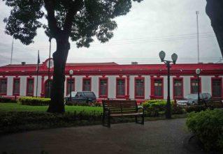 La sede de la alcadía fue pintada de rojo en pleno centro histórico cambiándose la policromia tradicional. Foto Marinela A. Año 2010
