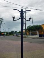 Luminaria rotas en el bulevar. Iglesia San Nicolás de Bari, monumento histórico de Venezuela.