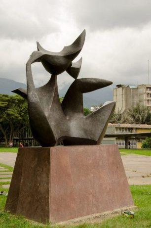 """Obra """"Maternidad"""", de Baltazar Lobo, en Tierra de Nadie, UCV. Ciudad universitaria de Caracas, Patrimonio mundial de Venezuela 2000.."""