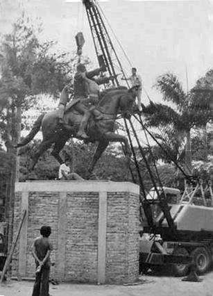 Montaje de la estatua ecuestre del Libertador en la plaza Bolívar de Rubio, en 1983. Estado Táchira, Venezuela.
