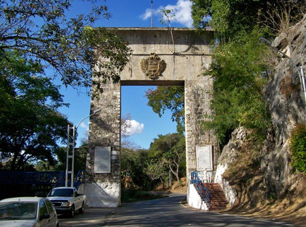 Monumento de La Puerta, entre Aragua y Guárico. Patrimonio cultural de Venezuela.