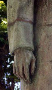 Deterioro del brazo derecho de la estatua del Rector Heroico. Patrimonio cultural de Mérida, Venezuela.