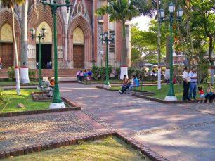 La plaza Bolívar, frente a la iglesia Santa Bárbara, es un referente urbano y turístico de Rubio, Táchira.