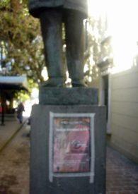 Publicidad colocada en el pedestal de la estatua Rector Heroico. Monumento Histórico del municipio Libertador del estado Mérida. Venezuela.