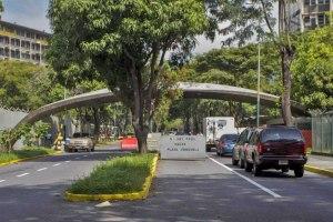 Puerta de la UCV, con cartel de prohibición del paso. Ciudad Universitaria de Caracas, Patrimonio mundial de Venezuela 2000.