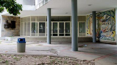 Descuido en el área del Instituto de Medicina Experimental, como testigo la obra de Francisco Narváez, 1954. Ciudad universitaria de Caracas, Patrimonio mundial de Venezuela 2000.