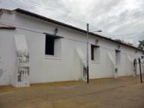 En el lado izquierdo de la iglesia también se aprecian los muros humedecidos, a dos años de su restauración. Monumento histórico nacional, Venezuela.
