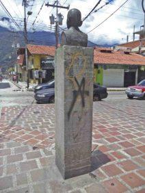 Vista posterior y lateral izquierdo del monumento a Rafael Lasso de la Vega.