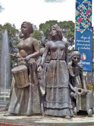 Cara frontal y lateral izquierdo del monumento a Las Heroínas, en la ciudad de Mérida. Patrimonio cultural de Venezuela.