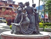 Cara posterior y lateral derecho del monumento a Las Heroínas. Monumento a Las Heroínas, en la ciudad de Mérida. Patrimonio cultural de Venezuela.