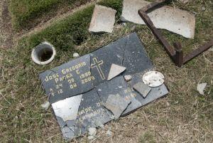 Lápidas rotas del Cementerio Metropolitano de Barquisimeto. Foto Karen Paradas_El Impulso, abril 2017.