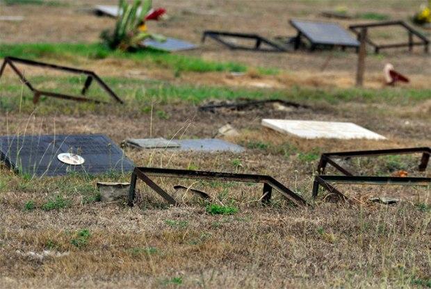 Tumbas sin sus lápidas en el Cementerio Metropolitano del Este, en Barquisimeto. Foto Daniel Arrieta_El Impulso, enero 2018.
