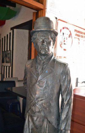 Cara frontal y lateral izquierdo de la estatua de Charles Chaplin. Patrimonio cultural de Mérida, Venezuela, en peligro. Mafia del bronce.