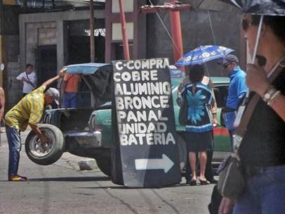 Chatarreros del cobre y el bronce, allí van a parar muchas piezas del patrimonio cultural venezolano. Patrimonio cultural en riesgo. Mutilan la estatua de Francisco de Miranda en Maracaibo.