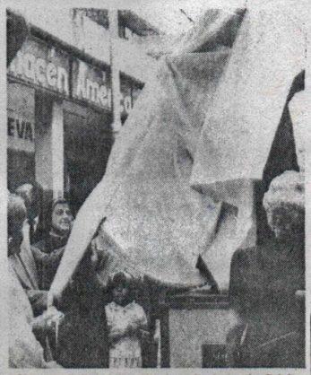 Desvelación de la estatua de Pulido Méndez el 20 de junio de 1987. Foto Porras. Digitalización Samuel Hurtado Camargo