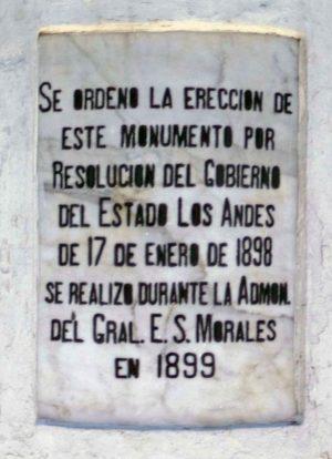 En la última intervención se retocaron las inscripciones del pedestal en grotesco negro. Patrimonio histórico de Mérida, Venezuela.
