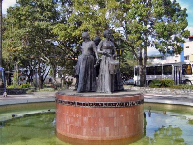 En 2007 el monumento a Las Heroínas presentaba manchas de pintura blanca. Patrimonio cultural venezolano.