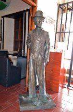 Estatua de Charles Chaplin en la entrada de la posada La Serranía. Patrimonio cultural de Mérida, Venezuela, en peligro. Mafia del bronce.