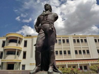 La vandalizada estatua pedestre en bronce de Francisco de Miranda, frente al Hospital Central de Maracaibo. Foto José Lopez_Noticia al día