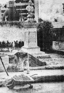 Foto publicada en Frontera en la que se denunciaba el abandono de la Plazoleta Miranda. Foto Lázaro en Frontera, 17 de enero de 1994. Patrimonio histórico de Mérida, Venezuela.