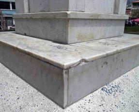 Fragmentación de uno de los bordes del pedestal de mármol. Patrimonio histórico del municipio Mérida, estado Mérida. Venezuela.