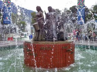 Otra vista de la fuente de agua del monumento a Las Heroínas merideñas. Patrimonio cultural venezolano.