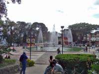 Otra vista de la fuente principal de la plaza Las Heroínas, en la ciudad de Mérida. Patrimonio cultural venezolano.