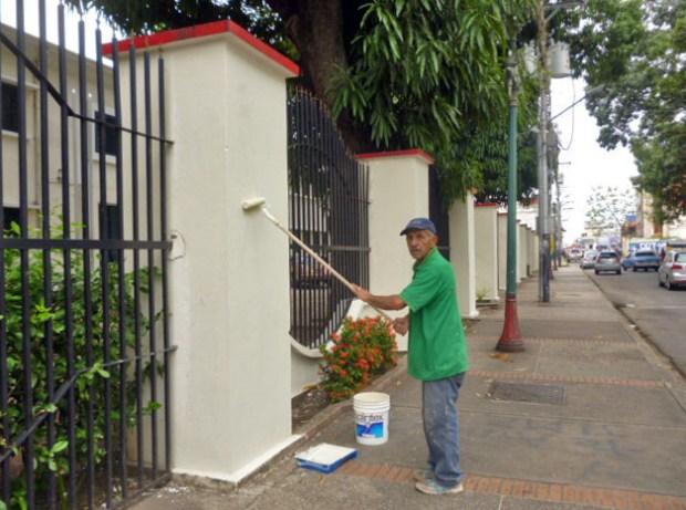 Tras el alerta de IAM Venezuela, el director del liceo O'Leary y obreros se aprestaron a borrar las pintas con las que vandalizaron el inmueble. Patrimonio cultural de Venezuela.