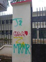 Hasta un corazoncito rojo fue pintado en una de las columnas de la fachada del liceo O'Leary. Patrimonio histórico de la ciudad de Barinas, estado Barinas, en peligro. Venezuela.