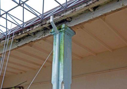 Humedad y filtraciones del techo y paredes en la sede del gobierno municipal de Barinas. Patrimonio arquitectónico de Venezuela.