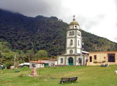 Iglesia San Vicente Ferrer anclada en el paisaje merideño.  Foto rubiotierradebendiciones.com, circa 2000.