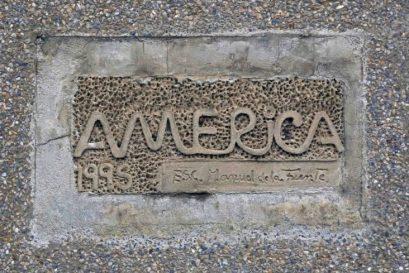 Inscripción en la cara frontal del pedestal del monumento a América. Patrimonio histórico de Mérida en peligro. Venezuela.