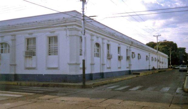 La actual sede de la alcaldía barinesa estaba pintada de blanco y azul oscuro en la década de los 70. Patrimonio arquitectónico de Barinas, Venezuela.