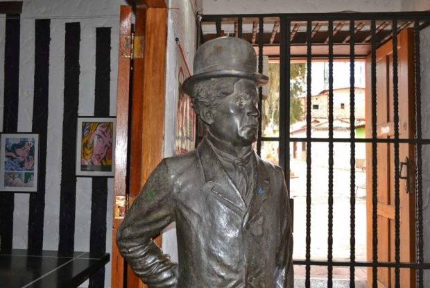 La estatua de Charles Chaplin mira de reojo la plazoleta homónima. Patrimonio cultural de Mérida, Venezuela, en peligro.
