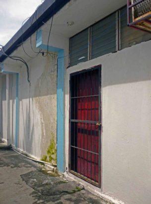 Paredes humedecidas del depósito del archivo de la sede de la alcaldía de Barinas. Patrimonio histórico de Barinas en riesgo. Venezuela.