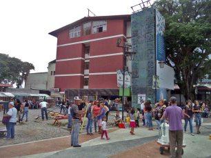 Parque infantil ubicado en el costado suroeste de la plaza Las Heroínas. Mérida. Patrimonio cultural de Venezuela.