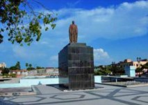 Plaza Rafael Urdaneta, en el casco histórico de Maracaibo. Patrimonio venezolano en riesgo. Venezuela. Mutilan estatua de Francisco de Miranda..