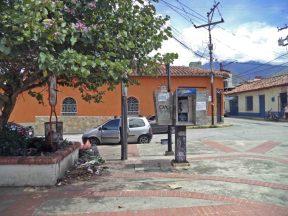 Presencia de basura y vandalismo en la zona norte de la plaza Rivas Dávila. Patrimonio histórico del municipio Mérida, estado Mérida. Venezuela.