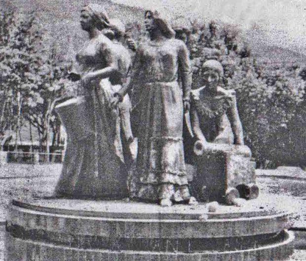 Sobre la base del pedestal se pueden apreciar las piedras lanzadas contra el monumento, registrado en el diario Frontera el 5 de agosto de 1980. Patrimonio cultural venezolano.